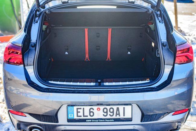 Baterie jsou umístěné pod zadními sedadly, takže objem kufru je dotčený jen minimálně. Konkrétně nabízí 410 litrů a sedadla jsou dělená.