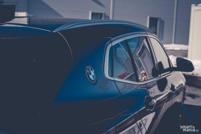 Karoserie je parádně tuhá, auto se nekroutí. Jistě za to může i široký C sloupek. V něm najdete logo BMW.