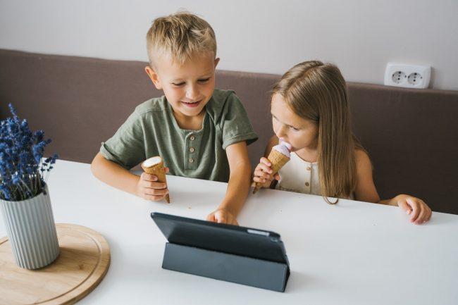 deti youtube tablet child sledovani pexels