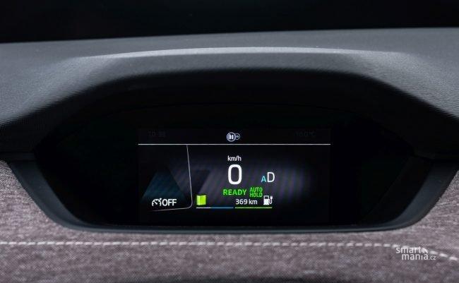 Auto nabízí dojezd přes 500 km. Díky dynamickému ježdění při novinářských testech hlásil ale dojezd jen necelých 400 km. I to je slušná hodnota.