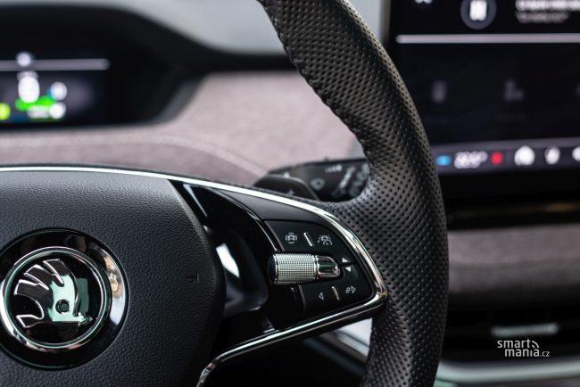 Pro asistovanou jízdu slouží tlačítko na volantu. Vůz se pak sám drží v jízdním pruhu a dodržuje odstup od vozu vepředu.
