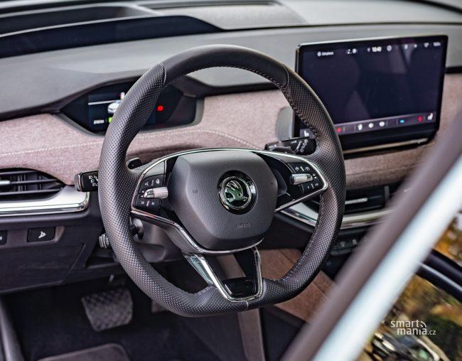 Volant je náš starý známý. Škodovka vůz co nejvíce přibližuje standardním automobilům.