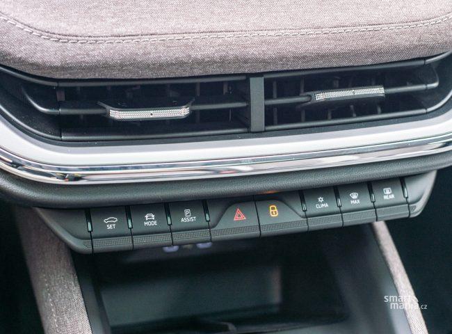 Ovládání klasickými tlačítky může v elektromobilu působit oldschoolově, ergonomicky jde ale o sázku na jistotu.