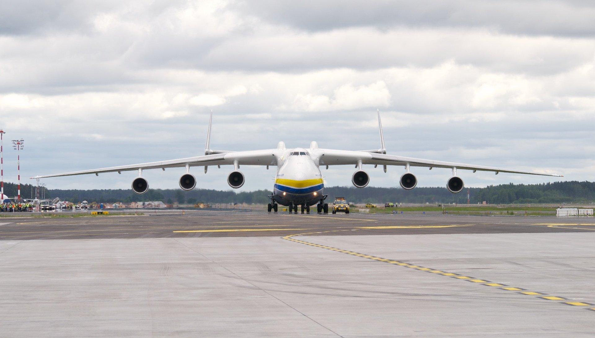 """Antonov An-225 Mrija vznikl pro vesmírný program, teď ukrajinský """"sen"""" létá s rouškami i tanky"""