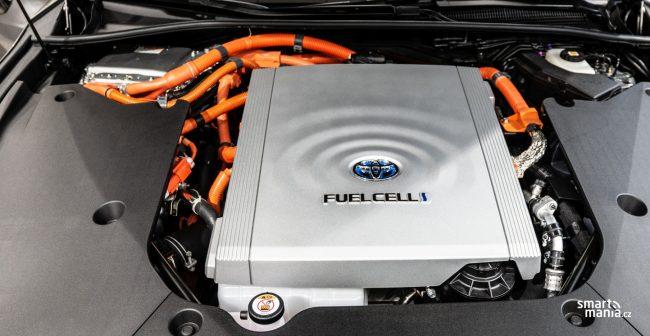 Palivový článek je vlastně malá výkonná elektrárna. Mirai je tedy také elektromobil, jen si elektřinu vyrábí sám.