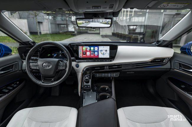 Mirai má velmi slušnou výbavu. Základní verze stojí 1 700 000 Kč, i ta nabízí vše, co řidič potřebuje.