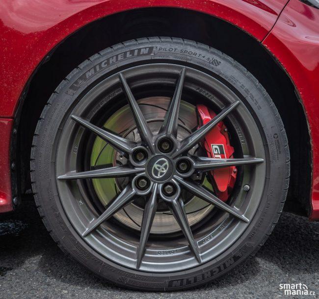 Skvělé jízdní vlastnosti zajišťují i pneumatiky Michelin Pilot Sport 4. Jsou k silnici doslova přilepené. Mrkejte na ty obří brzdy. Jsou k neutahání.