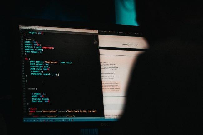 hacker spyware bezpecnost unsplash