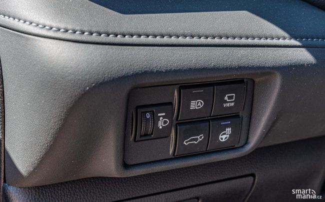 Tlačítkem View se aktivují kamery kolem celého vozu. Jízda v terénu je pak hračkou.