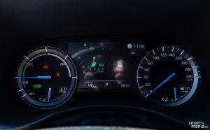 """Přístrojovku tvoří 8"""" displej, ukazatel hybridního pohonu a klasický rychloměr."""