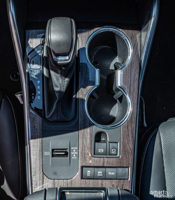 Tlačítkem EV lze aktivovat jízdu čistě na elektřinu. Režim trail slouží pro jízdu v terénu. Poctivě pak zabírají všechna 4 kola.