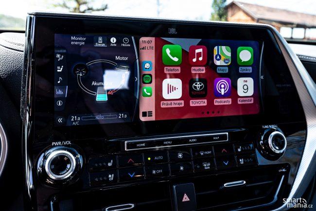 Displej lze rozdělit - v pravé části je Apple CarPlay, vlevo pak položky infotainmentu.