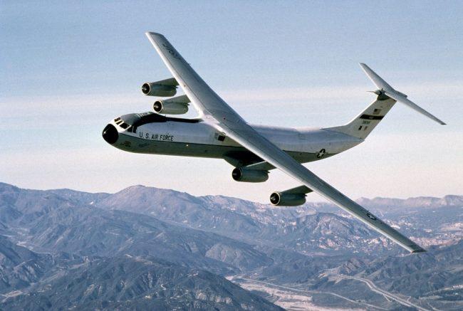 lockheed C 141 flying